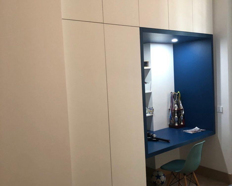 Espace placards avec bureau intégré
