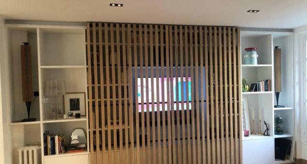 Meuble TV avec claustras coulissants