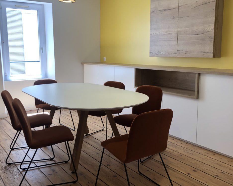 table de réunion Agence Immo porte écran vidéo mural